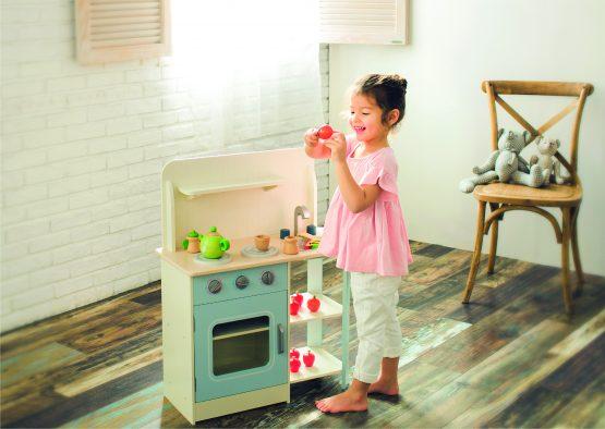 Meisje speelt in houten keuken van EverEarth